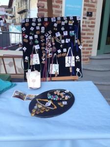 L'espositore prima dell'assalto: anelli, orecchini, collane e braccialetti handmade